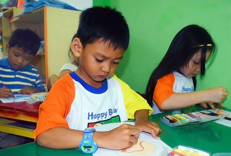 Tekun mewarnai di Happy Bear School